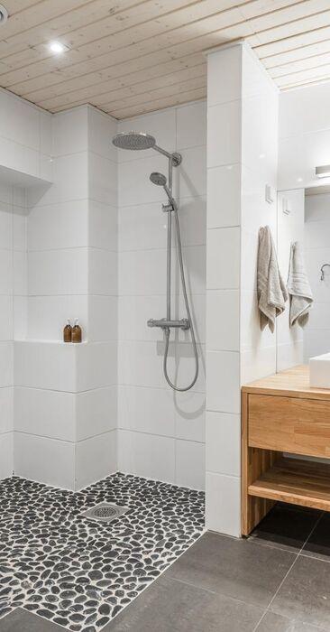 Puuta ja kiveä kylpyhuoneessa
