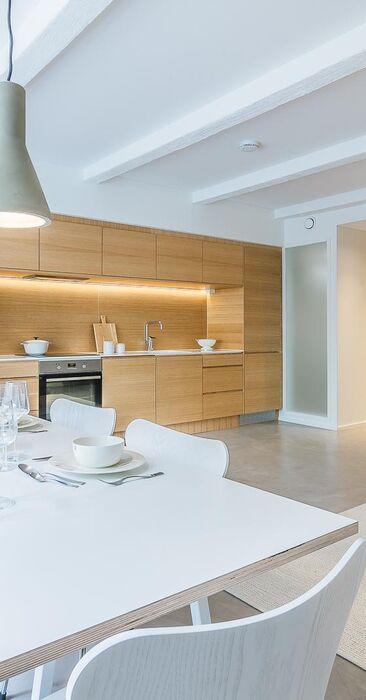 Upea koko seinän pituinen keittiö loft-kodissa