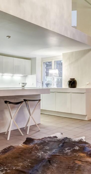 Kokovalkoinen keittiö loft-kodissa