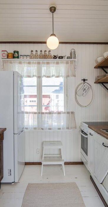 Keittiö täynnä kodikasta tunnelmaa