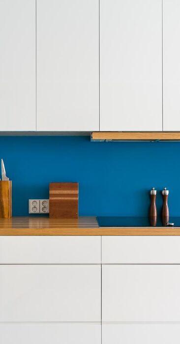 Sininen välitila keittiössä