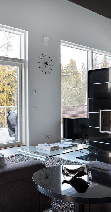 Moderni olohuone mustalla takalla
