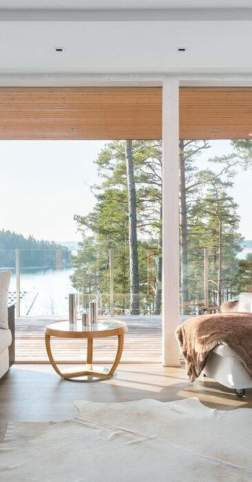 Olohuoneen suurista ikkunoista näkee merelle