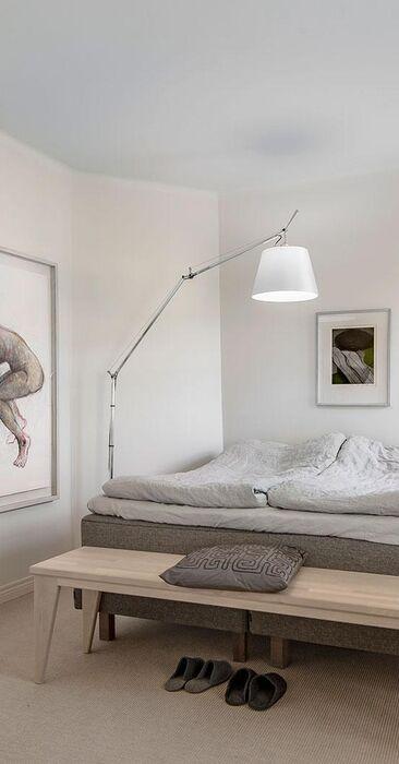 Seesteisillä sävyillä sisustettu makuuhuone
