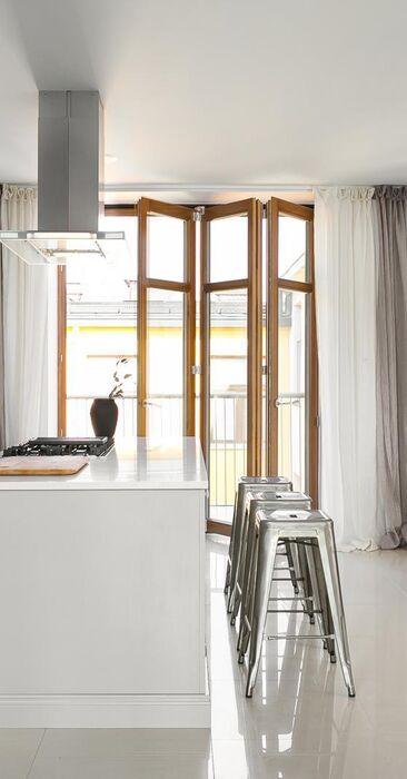 Tyylikäs avokeittiö persoonallisessa kodissa