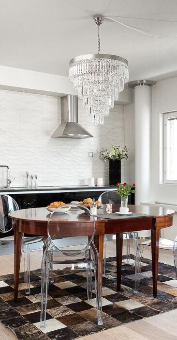 Tyylikäs keittiö kattohuoneistossa