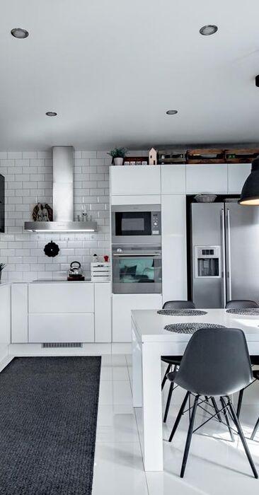 Tyylikäs mustavalkoinen keittiö