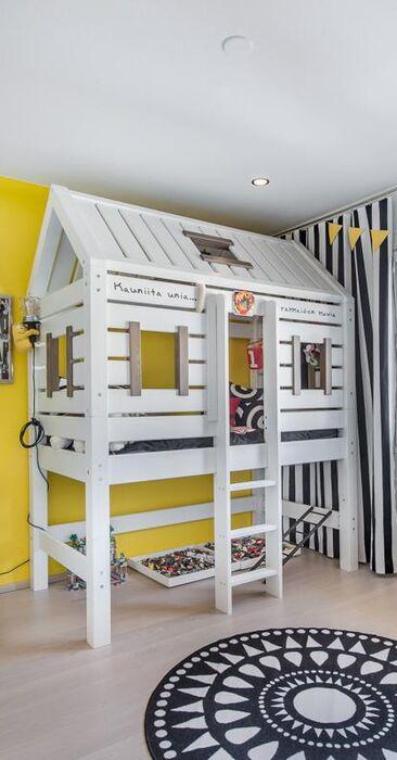 Hauska majasänky lastenhuoneessa