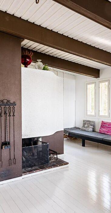 Sohvat seinän vierellä pienessä mökissä