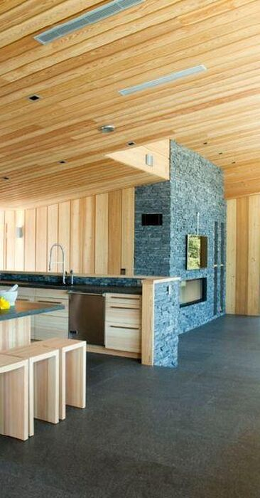 Puuta ja kiveä huvilan tyylikkäässä keittiössä