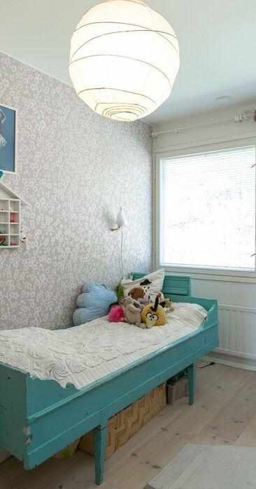 Kirsikkapuu kukkii lastenhuoneen seinällä