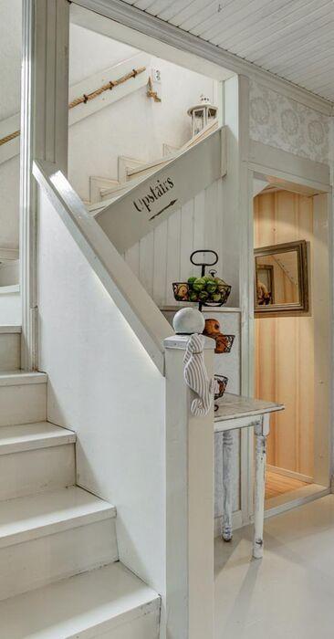 Suloiset numeroidut portaat eteisessä