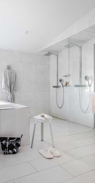 Valoisa kylpyhuone porealtaalla