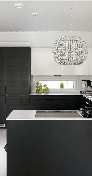 Mustavalkoinen keittiö ja ripaus kristallia
