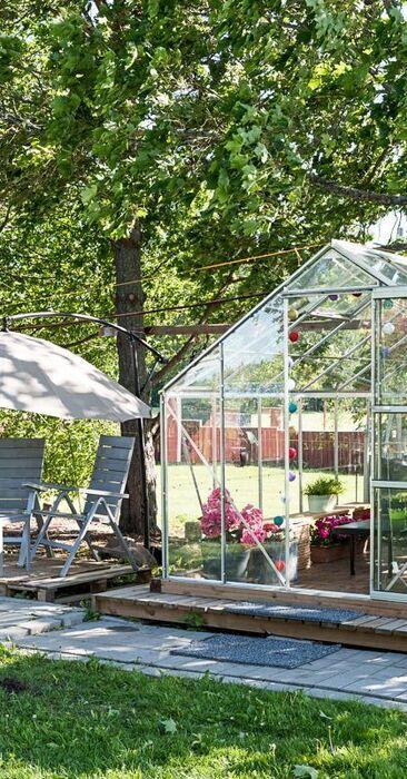 Herttainen terassi ja lasinen oleskeluhuone omalla pihalla