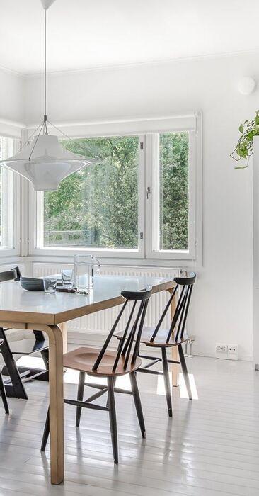 Skandinaaviseen tyyliin sisustettu ruokailutila