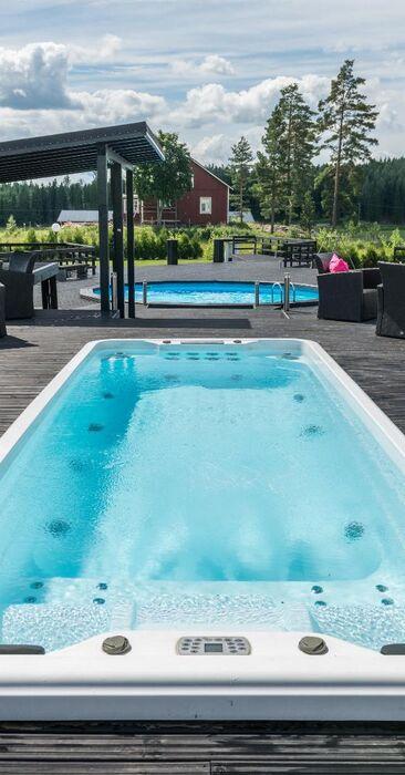 Hulppea terassi uima-altaineen upeissa maalaismaisemissa