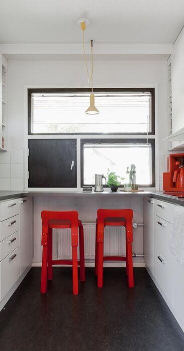 Valkoinen keittiö punaisilla yksityiskohdilla