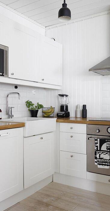 Fasettihiotut valkoiset kaakelit keittiön välitilassa