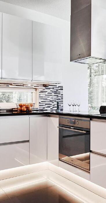 Ikkuna sekä kaunis laatoitus keittiön välitilassa
