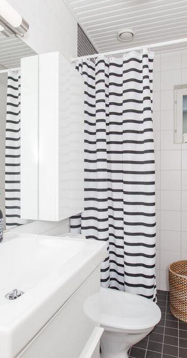 Kaunis simppeli kylpyhuone