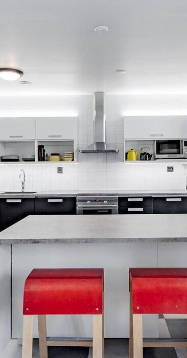 Mustaa, valkoista ja punaista keittiössä
