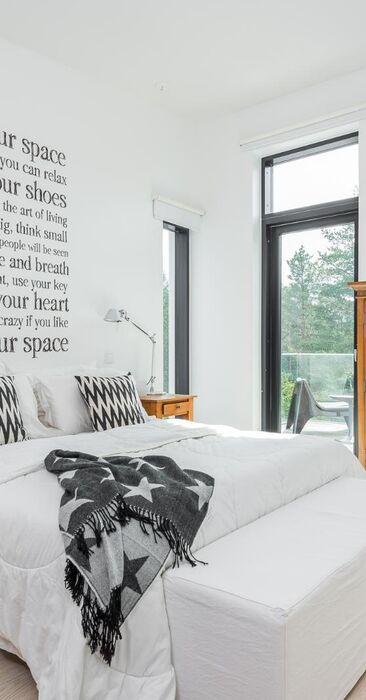 Tyylikäs ja lämminhenkinen makuuhuone