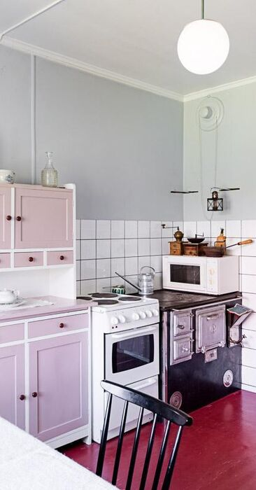 Vaaleanpunaista mökkikeittiössä