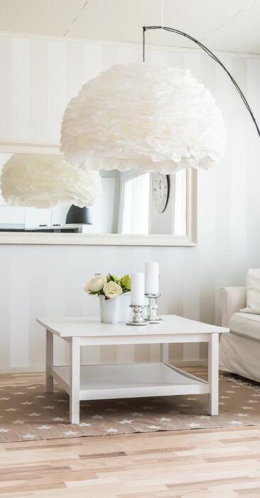 Olohuoneen suuri valkoinen valaisin on kuin pilvenhattaraa