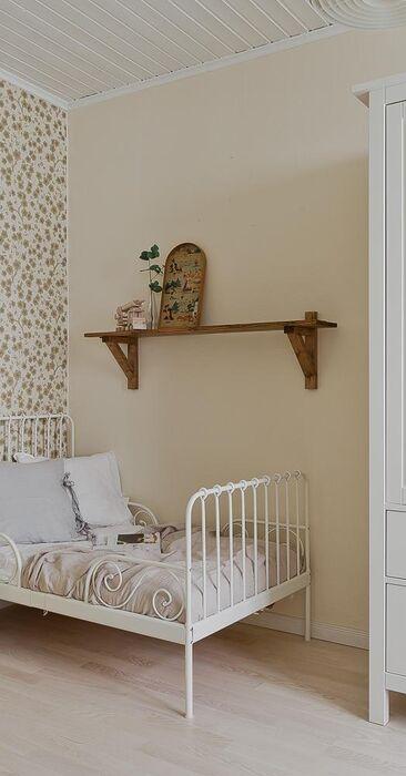 Suloinen lastenhuone pienessä puutalokodissa