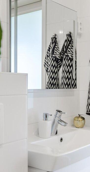 Yksityiskohtia valkoisessa kylpyhuoneessa