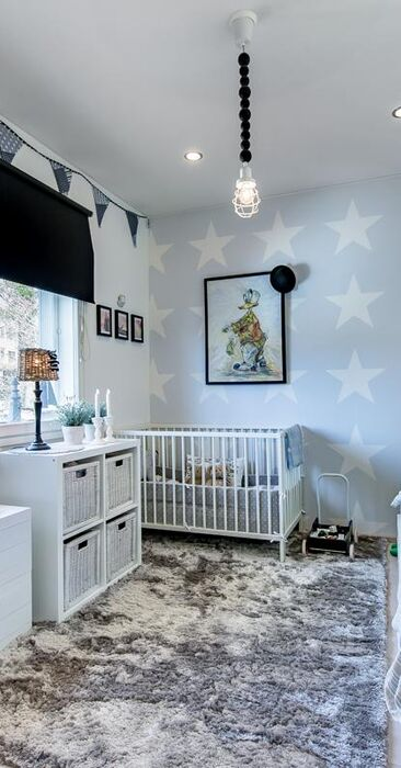 Tähtitapettia ja vaaleita sävyjä lastenhuoneessa