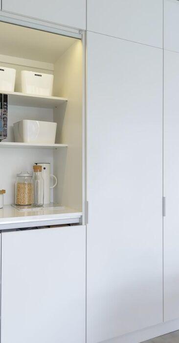 Kätevä aamiaiskaappi keittiössä