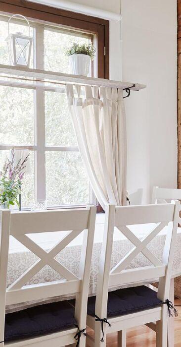 Ikkunalauta ikkunan yläosassa on sekä kätevä että kaunis