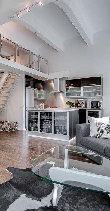 Mustan ja harmaan sävyjä loft-asunnon sisustuksessa