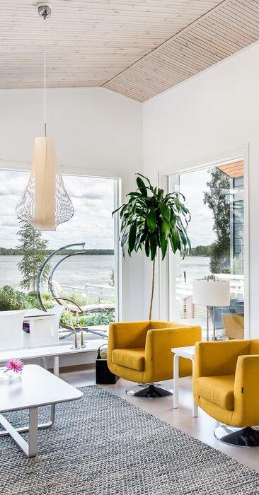 Keltaiset nojatuolit olohuoneen väripilkkuna