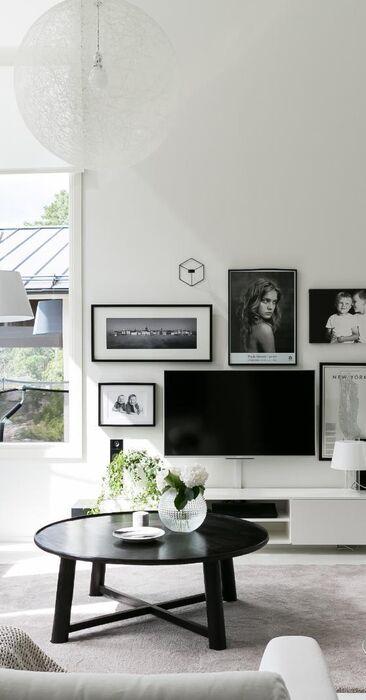 Mustavalkoinen sisustus olohuoneessa