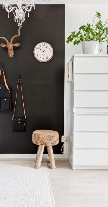 Mustaksi maalattu seinä eteisessä