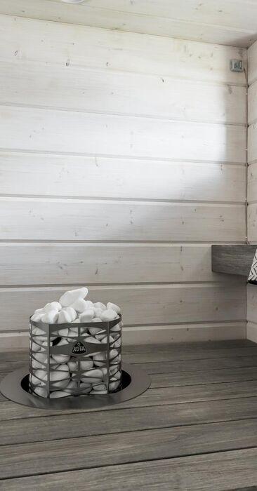 Kaunis hirsipaneeli vaaleassa saunassa