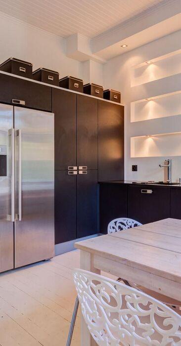 Hieno valaistus keittiön hyllyissä