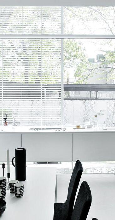 Iso ikkuna keittiön taustaseinällä