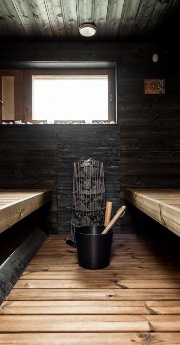 Tumma sauna mustilla seinillä