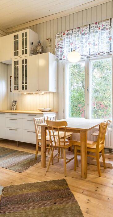 Puutalon kodikas keittiö