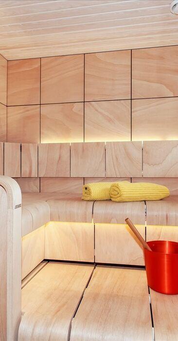 Valoisa sauna muotolauteilla