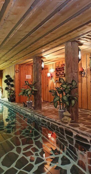 Vuolukiveä uima-altaassa