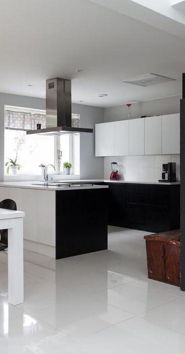 Mustavalkoinen avara keittiö