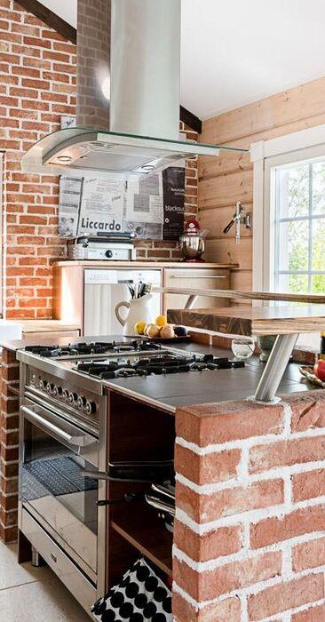 Tiili- ja hirsiseinää keittiössä