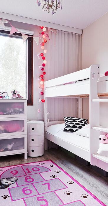 Pinkit yksityiskohdat lastenhuoneessa