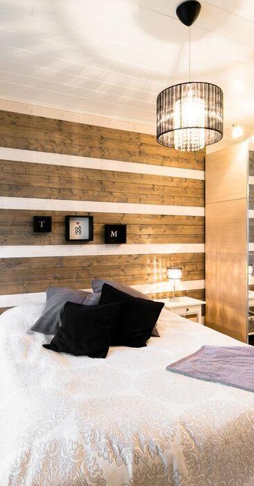 Kaunista puupaneelia makuuhuoneen seinällä