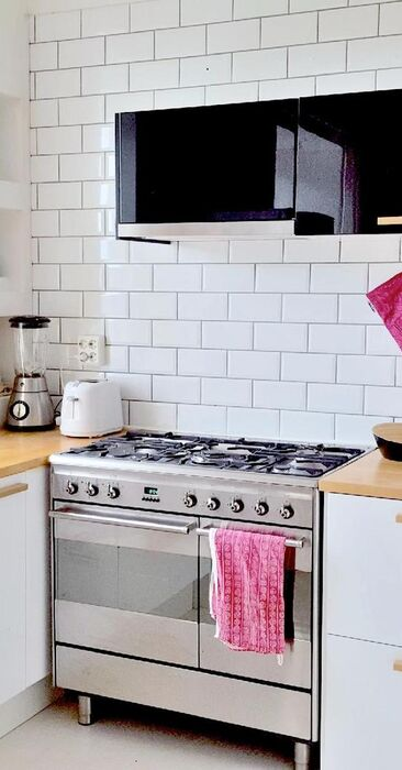 Hyvin varusteltu keittiö kauniilla materiaaleilla